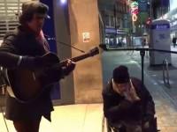 Бездомный спел «Summertime» под гитару уличного музыканта и покорил интернет