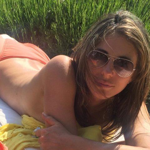 Стройная фигура и упругая грудь — 51-летняя актриса радует взор поклонников