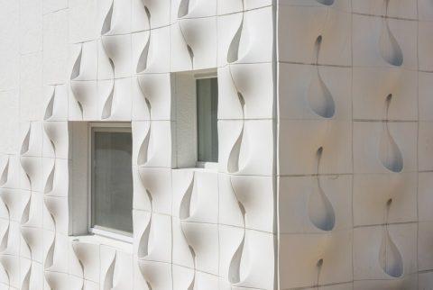 Cтену дома отделали странными панелями, но когда прошел дождь…