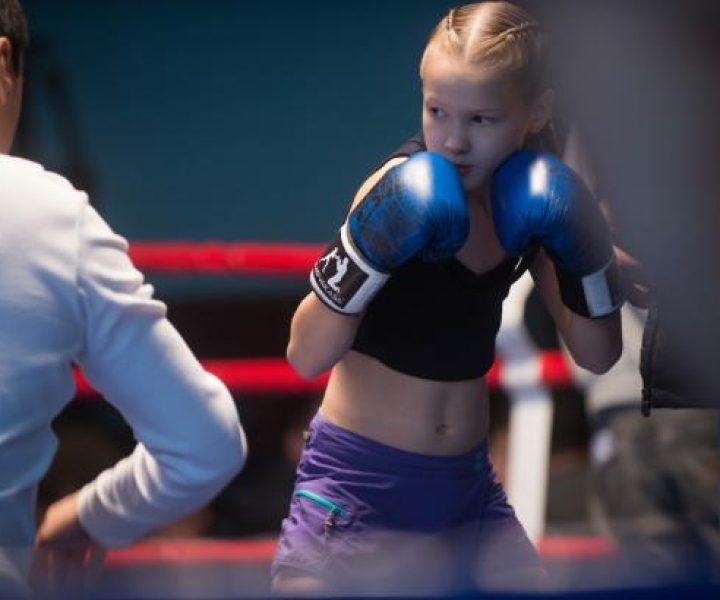 В 9 лет разбивает березу голыми кулаками. Что будет с соперниками, когда она выйдет на ринг?