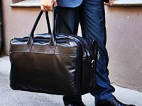 Отец уехал в командировку, но уже через полчаса влетел обратно в квартиру с огромной сумкой в руках