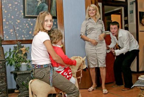 7 отечественных звезд, ставших многодетными мамами