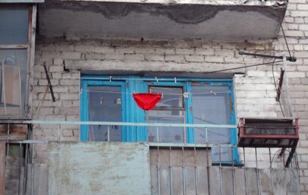 trusiki-balkon-pesochnica-udaljonnoe-831349-800x507