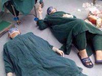 Фото хирургов, лежавших на полу, облетело весь Интернет. Причина никого не оставит равнодушным!