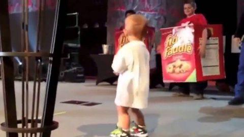 Малыш выбежал на сцену к отцу и неожиданно для всех в корне изменил его выступление, сорвав овации