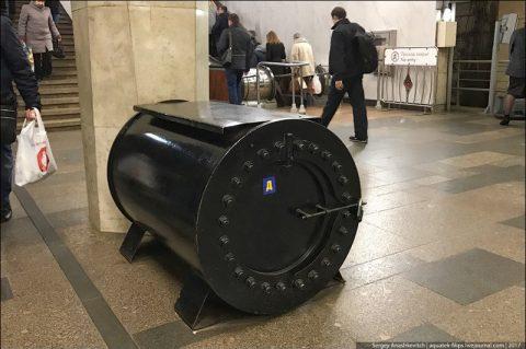 А вы знаете секрет черных контейнеров в метро?