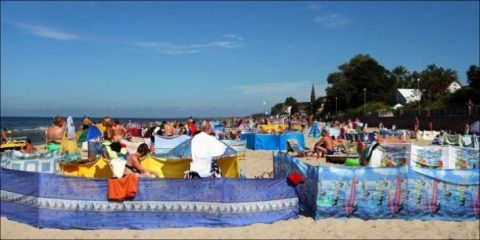 Вот так посетители балтийских пляжей решают проблему уединения