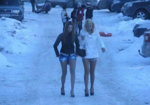 Девушки, которые по-настоящему рады приходу весны – больше не надо мерзнуть ради красоты!