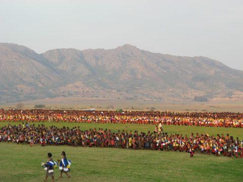 Тысячи голых девственниц на стадионе: как король Свазиленда выбирает себе новую жену