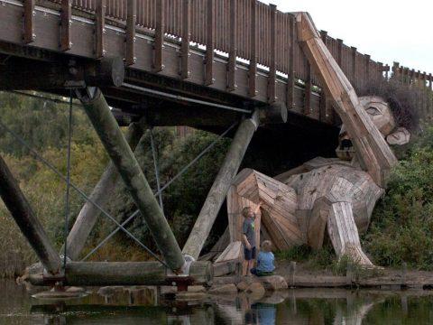 """""""Спрятанные великаны"""" – невероятные скульптуры датского художника из древесных материалов"""