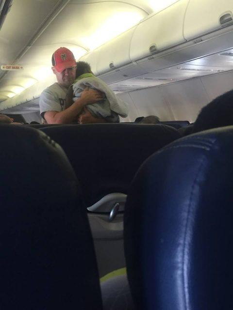 Беременная женщина в самолете не могла успокоить ребенка. То, что сделал незнакомец, изумило всех
