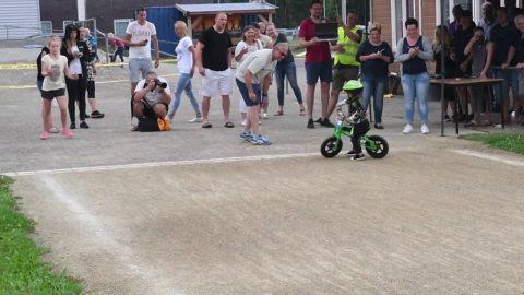 Малыш чуть было не выиграл гонку на велосипеде, но передумал