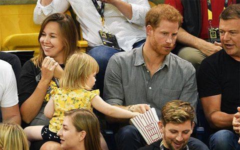 Преступление против короны: двухлетняя девочка стащила попкорн у принца Гарри