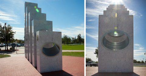 Оригинальный памятник раскрывает свой замысел лишь на одну минуту в году