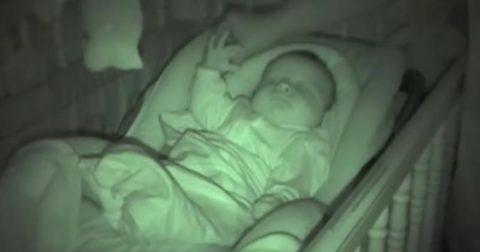 Уже 6 000 000 раз пользователи посмотрели, как папа безуспешно пытается укрыть одеялом малыша!