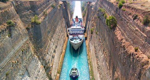 Не каждый круизный лайнер сумеет пройти по самому узкому судоходному каналу в мире!