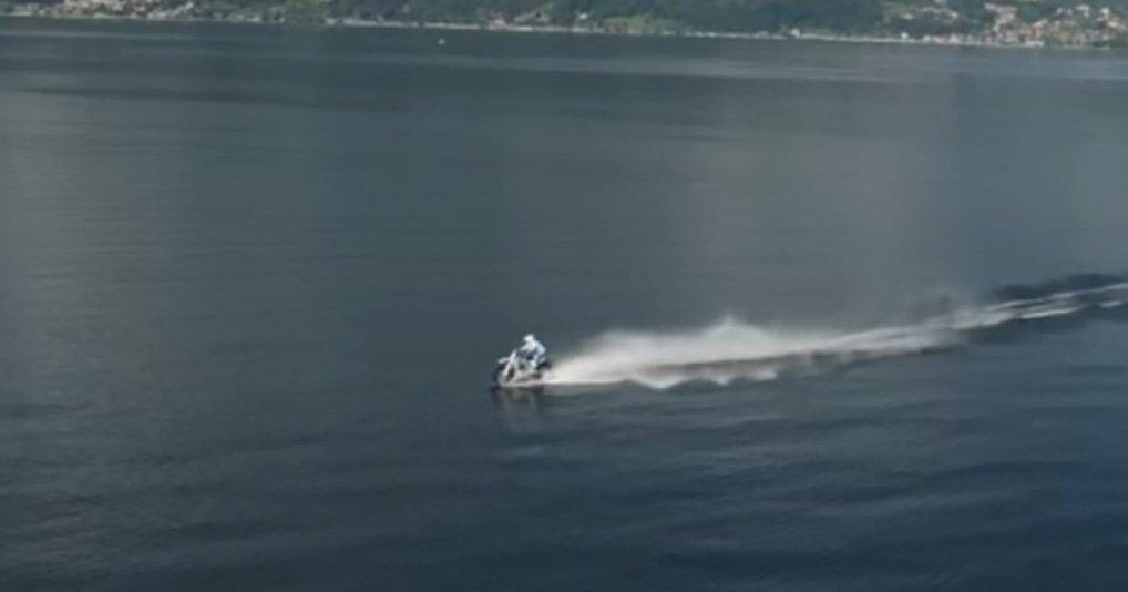 Пересечь озеро на кроссовом мотоцикле - насколько это реально?