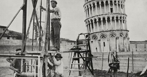 Почему Пизанская башня никак не падает и даже выдерживает землетрясения?