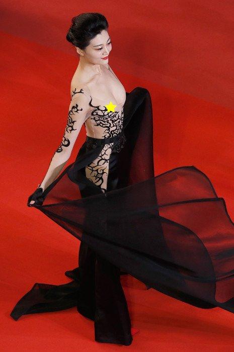 Cамый откровенный наряд Канн: китайская актриса шокировала публику своим видом